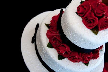 Photo pour Gâteau rose décoré avec défilement blanc pour mariage ou pour anniversaire - image libre de droit