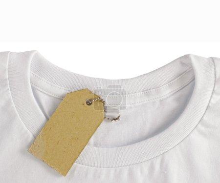 Photo pour Étiquette de prix vierge planent sur tshirt blanc. isolé sur fond blanc - image libre de droit
