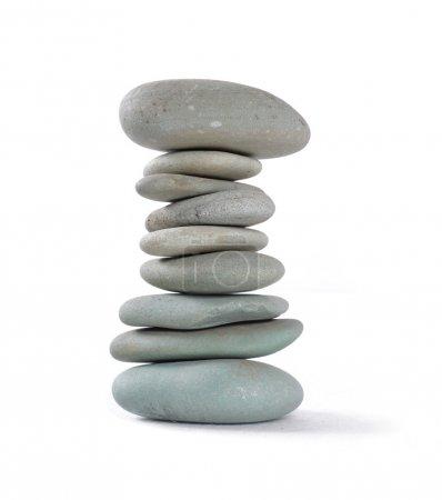 Photo pour Équilibrage des pierres de nature isolés sur un blanc - image libre de droit