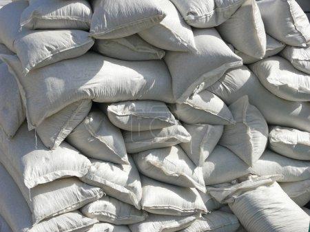 Photo pour Vue rapprochée d'un tas de sacs blancs pleins - image libre de droit