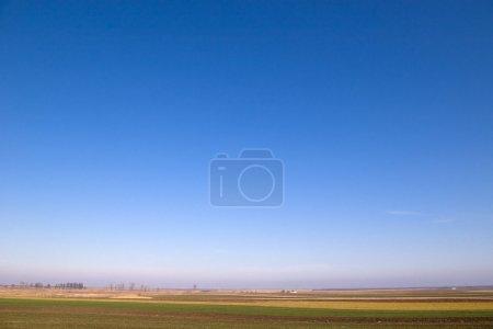 Photo pour Beau ciel bleu et un champ pays - image libre de droit