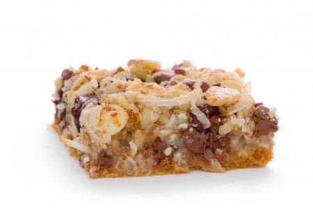 Photo pour Barre de sept couche faite avec une croûte de biscuits graham, garnie de pépites de chocolat, noix de coco et noix hachées. - image libre de droit