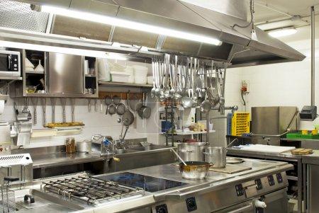 Foto de Cocina moderna en un hotel o restaurante - Imagen libre de derechos