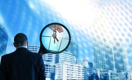 Photo pour Agence immobilière au concept de travail, à la recherche d'appartement neuf - image libre de droit