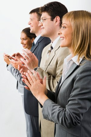 Photo pour Portrait de l'équipe des activités/souriant et applaudissant sur fond blanc - image libre de droit