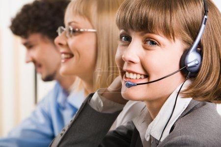 Foto de Un cliente sonriente amable apoyo operador sobre un fondo de dos negocios - Imagen libre de derechos