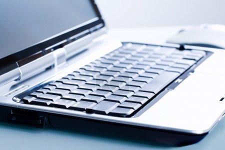 Photo pour Gros plan du micro-ordinateur ouvert sur un milieu de travail - image libre de droit
