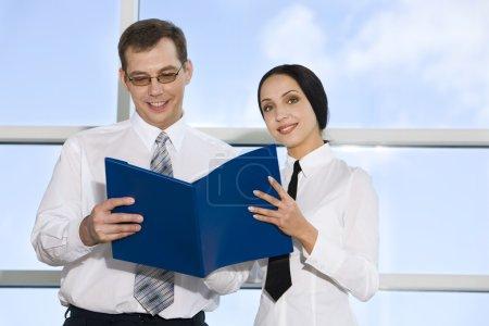 Photo pour Portrait d'homme d'affaires, lisez des documents avec ses collègues dans le bâtiment aux murs vitreux - image libre de droit