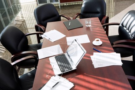 Foto de Empty boardroom: black chairs around table with business objects on it - Imagen libre de derechos