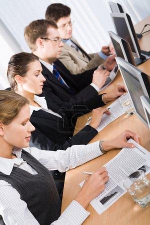Photo pour Étudiants matures étudiant un matériel éducatif en formation - image libre de droit