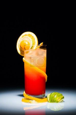 Photo pour Sunrise Tequila cocktail avec une tranche d'orange et de citron vert - image libre de droit