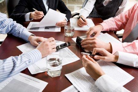 Photo pour Image de mains différentes à la réunion d'affaires - image libre de droit