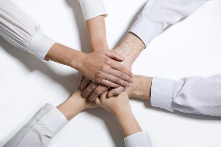 Photo pour Isolé sur blancs quatre mains humaines communs dans les vêtements blancs - image libre de droit