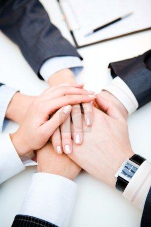 Photo pour Image conceptuelle : des mains humaines différentes superposées - image libre de droit