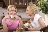 Usmívající dívky mají čaj