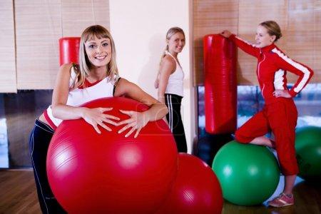 Photo pour Sportives filles attendent pour le coaching avec le fitballs - image libre de droit