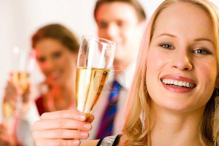 Photo pour Portrait de jeune belle femme tenant le verre de champagne - image libre de droit