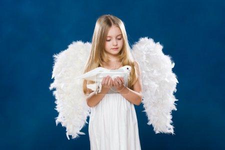 Photo pour Portrait d'ange de lumière avec colombe purement blanche le regardant avec amour - image libre de droit