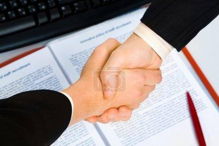 Photo pour Vue de poignée de main sur contrat avec stylo en arrière-plan - image libre de droit