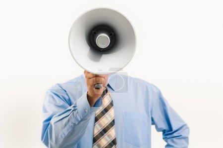 Photo pour Image de l'homme debout devant la caméra et parlant en mégaphone - image libre de droit