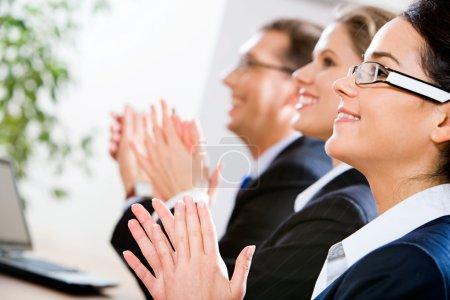 Photo pour Image d'une entreprise prospère applaudir dans le Bureau - image libre de droit