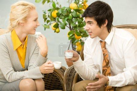 Photo pour Portrait de collègues intelligents ayant la conversation dans le bureau pendant la pause café - image libre de droit