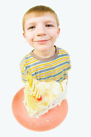 Photo pour Photo du petit garçon heureux tenant soucoupe avec gâteau d'anniversaire à la main - image libre de droit