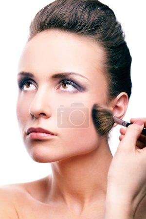 Photo pour Image de femme magnifique appliquant rouge sur sa joue - image libre de droit