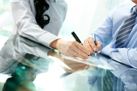 Photo pour Inclinaison de deux partenaires commerciaux signant un contrat et concluant l'opération - image libre de droit