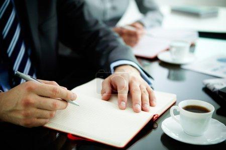 Foto de Imagen de mano masculina con lápiz cuaderno abierto durante el trabajo de planificación - Imagen libre de derechos