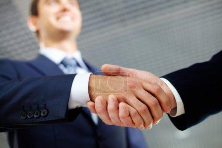 Photo pour Deux mains secouant homme d'affaires, l'autre salutation - image libre de droit