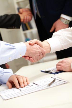 Photo pour Les entreprises se serrent la main après des négociations fructueuses - image libre de droit