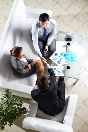 Photo pour Au-dessus de l'angle de succès associés faisant accord à la réunion - image libre de droit