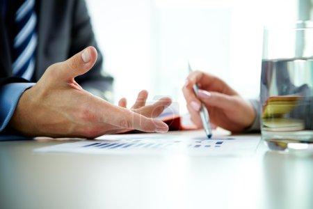 Photo pour Image d'une main masculine pointant vers un document d'affaires lors d'une discussion lors d'une réunion - image libre de droit