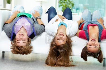 Photo pour Portrait de trois amis heureux s'amusant sur le canapé - image libre de droit
