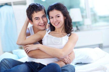 Photo pour Guy embrassant sa petite amie tout en passer du temps ensemble - image libre de droit