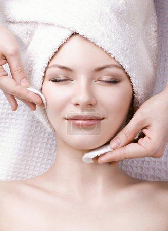 Photo pour Belle femme bénéficiant d'un massage facial - image libre de droit